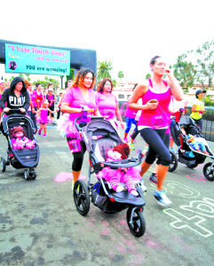 "Este año marcó el debut de la división ""Baby Mama Stroller"", que les permitió a las madres correr, no sólo con uno pero a veces con dos o incluso tres bebés en un cochecito. This year marked the debut of the ""Baby Mama Stroller"" division, that allowed moms to run, not only with one but sometimes two or even three babies in a stroller."